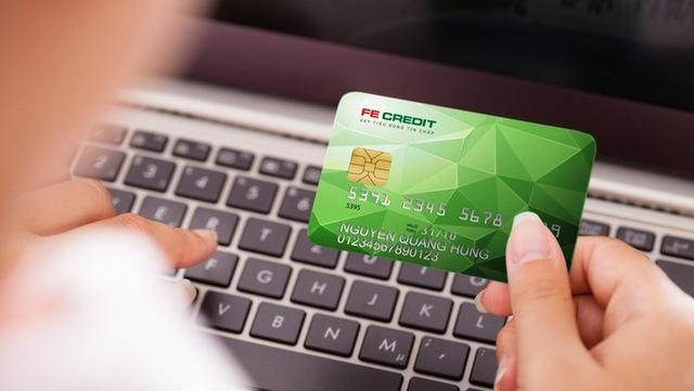 Thẻ tín dụng giúp khách hàng mua sắm mà không cần có sẵn tiền trong thẻ