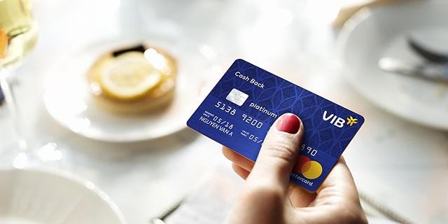 Người dùng thẻ cao cấp được hưởng nhiều ưu đãi tuyệt vời
